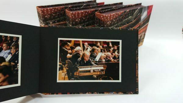 Album na zdjęcia wklejane z grubymi kartami.