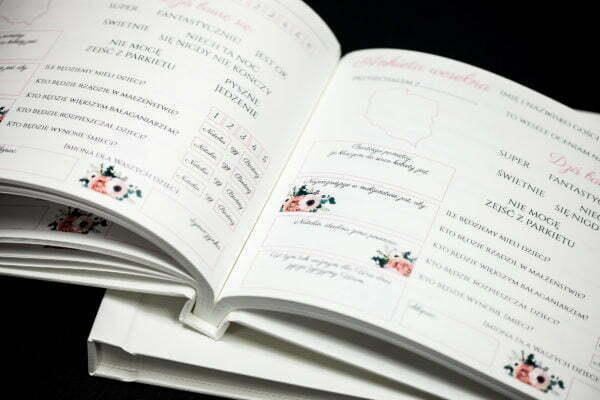 księga gości z drukowanymi ankietami