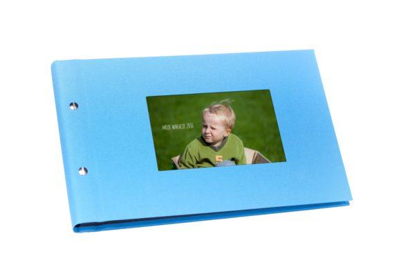 niebieski album z okienkiem na zdjęcie