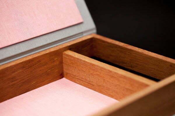 Drewniane pudełko na zdjęcia z przegródkami